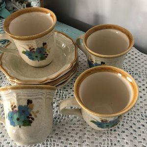 8 pieces, 4 cups and saucers